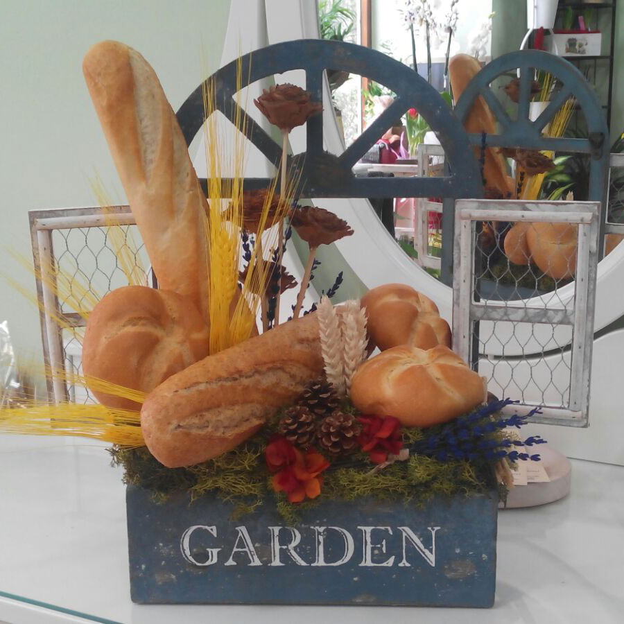 Centro de panes y flor artificial